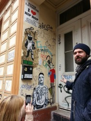 Streetart in Hamburg: Sebastian Hartmann zeigt uns Sheldon in klein.
