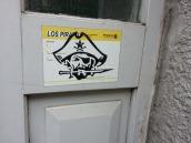 Streetart in Hamburg: Sieht aus wie ein DHL-Aufkleber, ist aber keiner... ;)