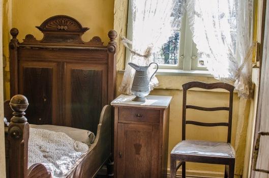 Ein Blick in das Schlafzimmer des Handwerker- und Fischerhauses aus Drage im Freilichtmuseum am Kiekeberg (Foto: Wera Wecker)