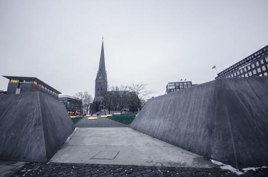 Der Domplatz in Hamburg: Objekte aus Stahlblech markieren die frühere Wallanlage der Domburg.