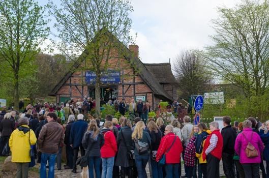 Alle warten auf den Pflanzenmarkt am Kiekeberg