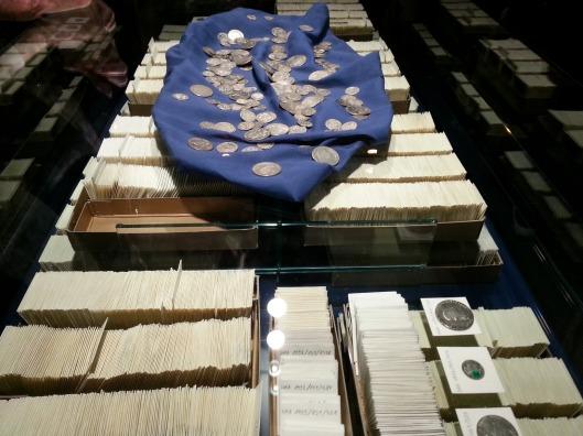In der Ausstellung sind lediglich 200 Münzen zu sehen. Sie werden einzeln verpackt und inventarisiert - eine unglaubliche Arbeit!