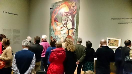 Eine Menschentraube vor der Replik von August Macke und Franz Marc: Paradies. (1912, Öl auf Putz, 398 x 181 cm, LWL-Museum für Kunst und Kultur. Westfälisches Landesmuseum, Münster)