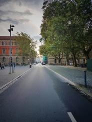 """Die Münzstraße befindet sich in der Innenstadt von Braunschweig. Unter der Straße befindet sich ein Tunnel, in dem noch Restgewässer der Oker durchfließt. Denn ursprünglich führte die Oker mitten durch Braunschweig, die Umflut sorgte dafür, dass die Oker nun """"umgeleitet"""" wird."""