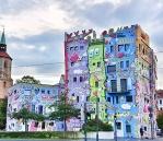 Das Haus, mitten in Braunschweig und nah der Magnikirche, wurde von James Rizzi entworfen. Der Pop-Art Künstler starb 2011. http://www.rizzi-haus.de