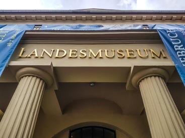 Das Haupthaus des Braunschweigischen Landesmuseums befindet sich direkt am Burgplatz. (Desweiteren befindet sich ein Teil des Museums hinter der Aegidienkirche, das Haus für Ur- und Frühgeschichte befindet sich in der Kanzleistraße und ein weiteres Gebäude, das zum Landesmuseum gehört ist das Bauernhausmuseum Bortfeld, das zur Zeit saniert wird.)