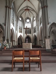 Blick auf den Altar - alles ist bereit für den schönsten Tag auf Erden: die Hochzeit!