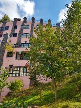 Dieses Gebäude wurde als letztes Bauprojekt von Friedensreich Hundertwasser entworfen. Seine Fertigstellung (2005) hat der Künstler ( † 2000) nicht mehr erlebt.