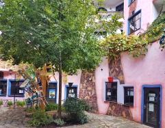 Im Erdgeschoss befinden sich diverse Läden, ein Café und ein Restaurant. Dies hier ist der zweite etwas kleinere Innenhof.