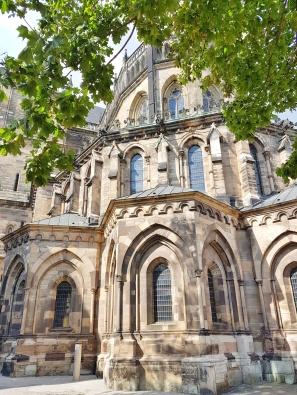 Auch die Rückseite des Magdeburger Doms besticht durch seien wunderschöne Architektur. Man erkennt hier sehr schön die unterschiedlichen Baustile. Der Bau des Chores begann 1209, erst 1520 wurde der Dom endgültig fertiggestellt.