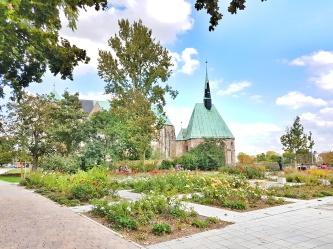 Hinder der Magdalenenkapelle befindet sich die Petrikirche Magdeburg und dahinter die Wallonerkirche.