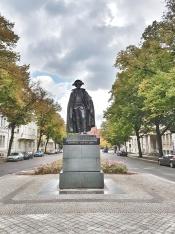 """Das Denkmal von Friedrich Wilhelm von Steuben befindet sich an der Harnackstraße. Herr Minkner sagte, ohne Magdeburg und Steuben gäbe es keine USA, dies führte er mit einem Augenzwinkern darauf zurück, dass Steuben in Magdeburg geboren wurde. (""""Das Original des Nachgusses kann im Lafayettepark, nahe dem Weißen Haus, in Washington bewundert werden. Dort wurde es 1910 errichtet. Der Bildhauer war Albert Jäger."""" http://www.sachsen-anhalt-wiki.de/index.php/Steubendenkmal_(Magdeburg) )"""